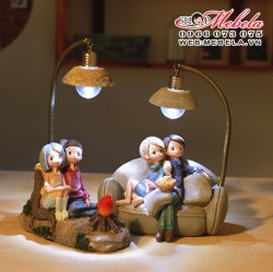 Q03 Quà tặng đèn đôi tình nhân ngồi ghế ăn bỏng xem phim