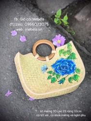 Túi cói quai gỗ tròn viền vải vẽ tay hoa hồng xanh