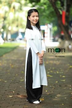 Áo dài lụa trắng không họa tiết.AT96