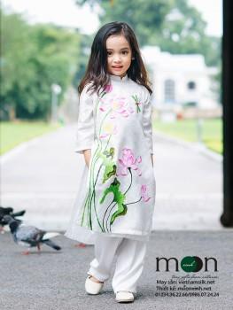Áo dài vẽ cho bé gái VNS 210 ( màu trắng họa tiết hoa sen và chuồn chuồn)