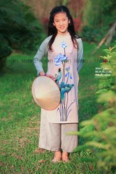 Áo dài vẽ bé gái Hoa sen xanh VNS 325