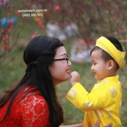 Mẹ và bé diện áo dài đón xuân