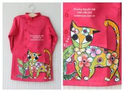 Áo dài cách tân cho bé trai vẽ con mèo đỏ