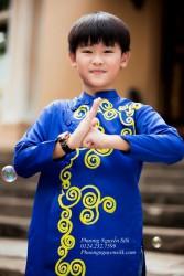 Hình ảnh bé Ku TÝ trong chiếc áo dài cách tân vẽ tay thủ công
