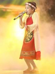 Hồ Thảo Nguyên với áo dài yếm Phương Nguyễn Silk