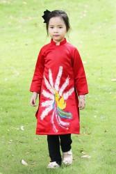 Áo dài cách tân vẽ chim công cho bé gái màu đỏ